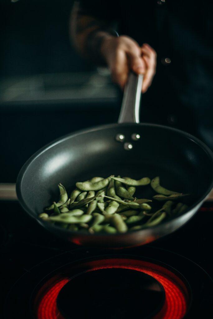 Groene boontjes in een wokpan