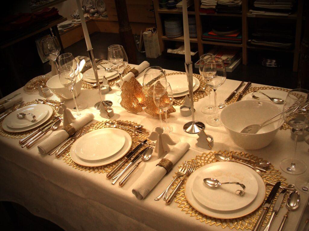 Een perfect gedekte tafel in de kerstsfeer