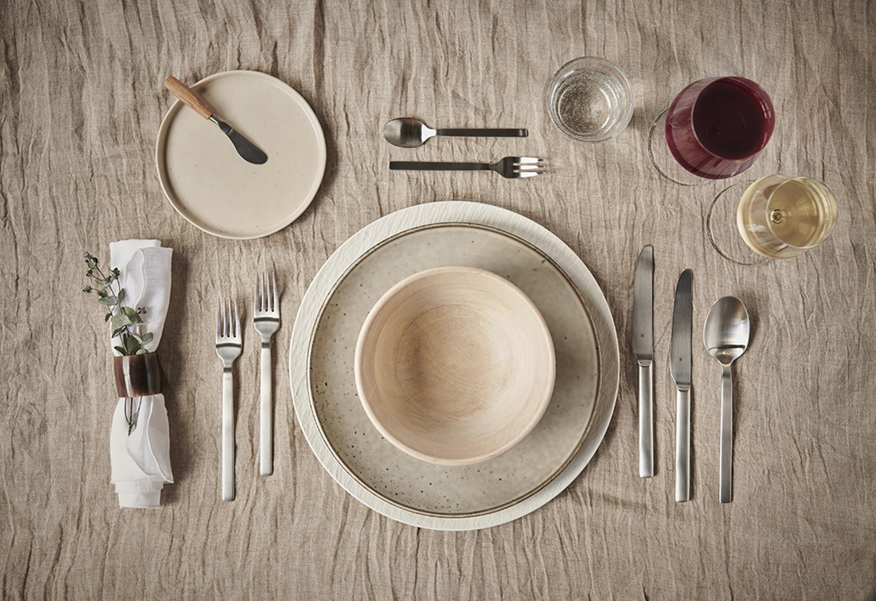 Een tafel gedekt volgende etiquette